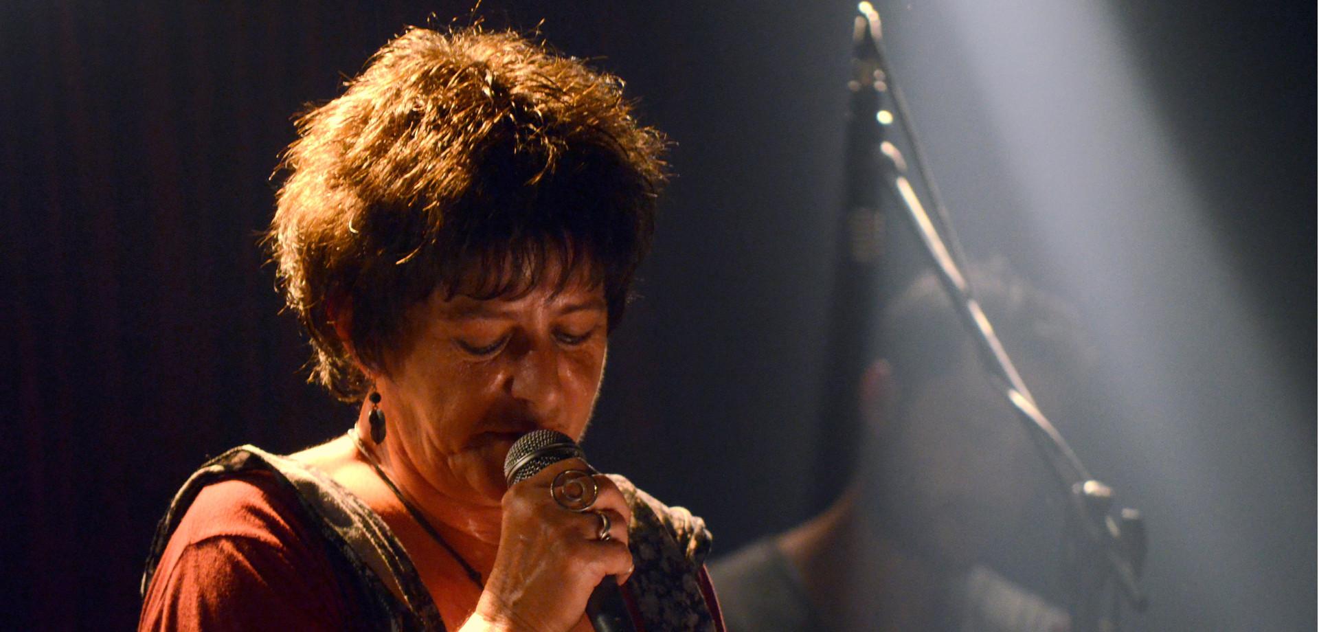 Η Φωτεινή Βελεσιώτου τραγουδάει τις μούσες του Ρεμπέτικου στο θέατρο Βράχων «Μελίνα Μερκούρη»