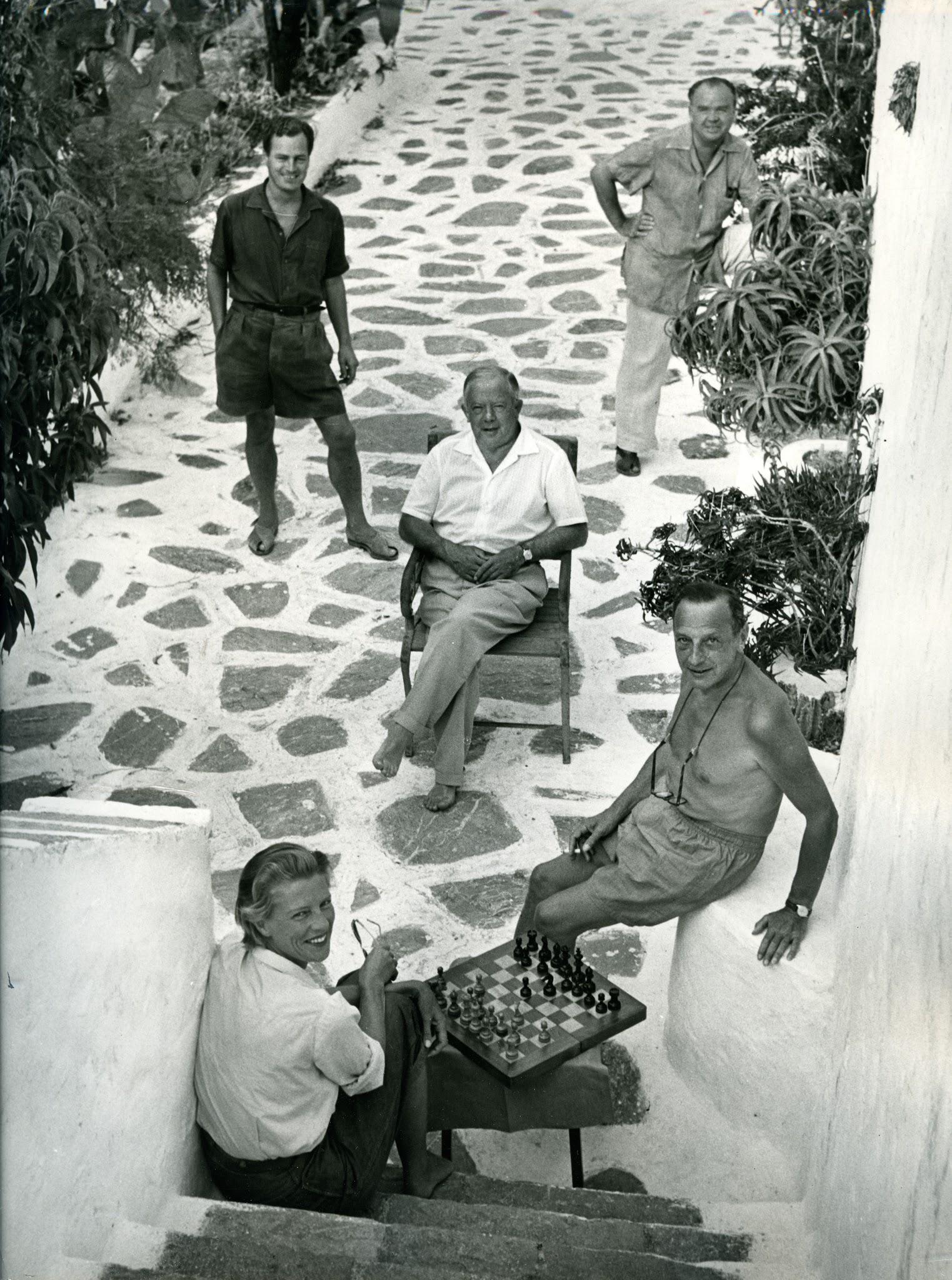 (Από αριστερά) Ο Patrick Leigh Fermor, o Cyril Connolly, ο Maurice Bowra (στο κέντρο), o Ernst Kantorowitz και η Joan Leigh Fermor στο σπίτι των Γκίκα στην Ύδρα το 1955. Μουσείο Μπενάκη — Πινακοθήκη Γκίκα, Φωτογραφικό Αρχείο, Αθήνα