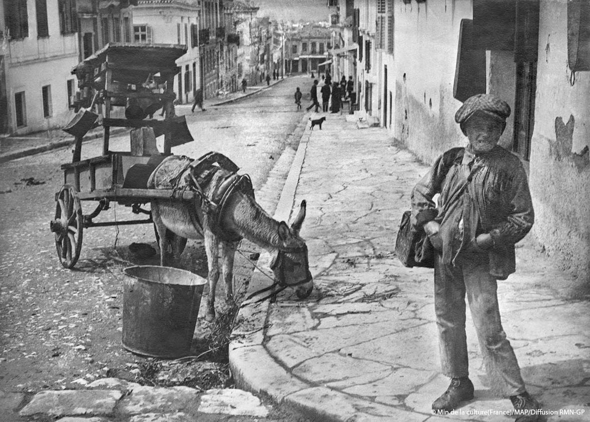 Opérateur C, Pierre Machard Απισχνασμένο αγώγι, οδός Διδότου, από την Ασκληπιού προς την Ζωοδόχου Πηγής Animal de portage amaigri, rue Didotou vue de la rue Asklipiou vers la rue Zoodohou Pigis Emaciated donkey with cart, Didotou Street, from Asklipiou Street to Zoodochou Pigis Street 23.4.1917 © Min.de la culture(France)/MAP/Diffusion RMN-GP