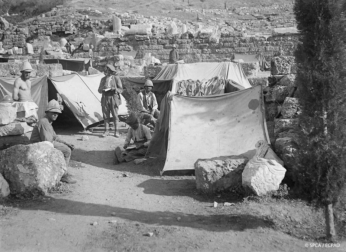 Opérateur K Στρατοπέδευση στο ιερό του Διονύσου Campement dans le sanctuaire de Dionysos Camp in the sanctuary of Dionysus 8.1917 © SPCA / ECPAD