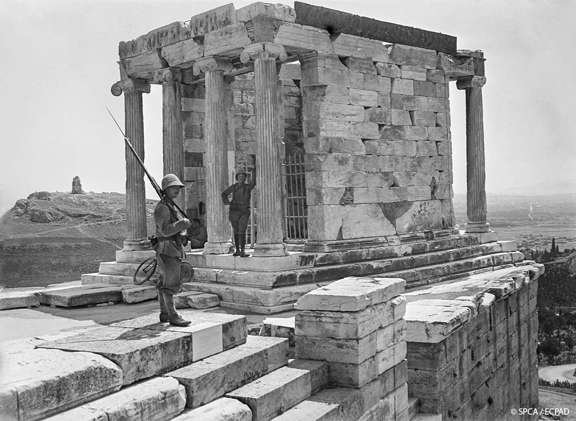 Opérateur K Φρουρά στον Ναό της Αθηνάς Νίκης La garde au temple d'Athéna Niké The guard at the Temple of Athena Nike 27.6.1917 © SPCA / ECPAD