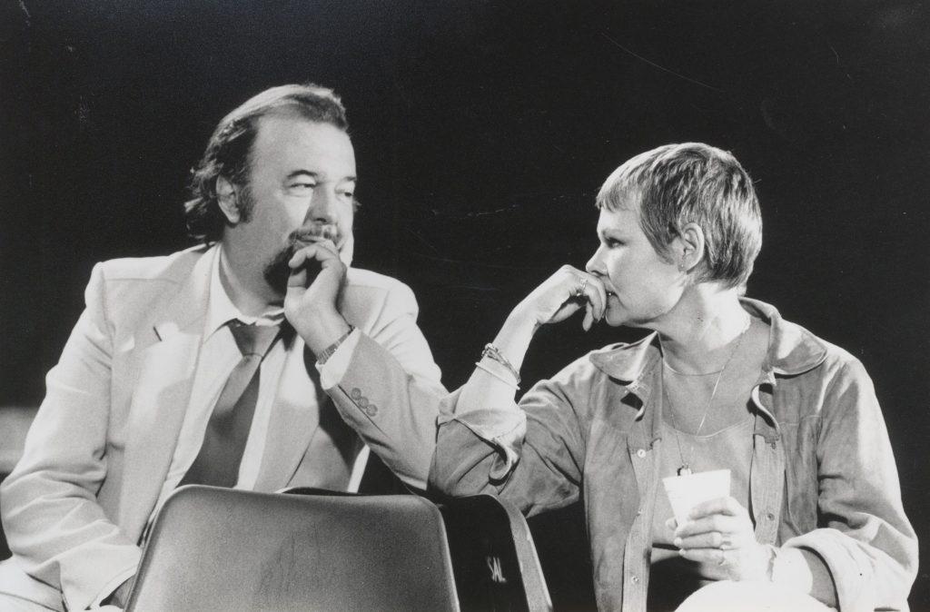 """Ο Peter Hall με τη Judi Dench σε πρόβες για τη """"Σημασία του να είναι κανείς σοβαρός"""" (1982). Φωτογραφία: Zoe Dominic."""