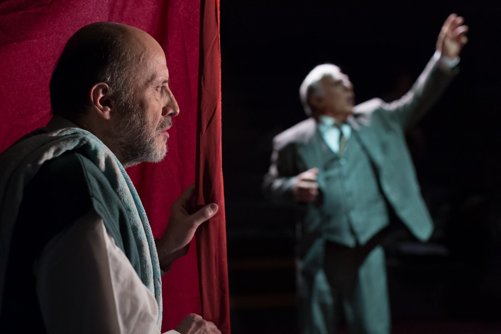 Στο ρόλο του Σερ ο Αλέξανδρος Μυλωνάς και του Αμπιγιέρ ο Μάνος Βακούσης.