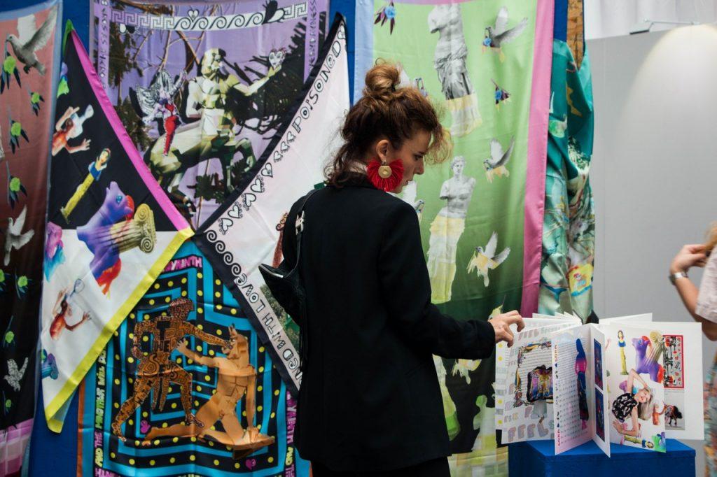 Η σχεδιάστρια Λούλα Λεβέντη, μπροστά από τις δημιουργίες της