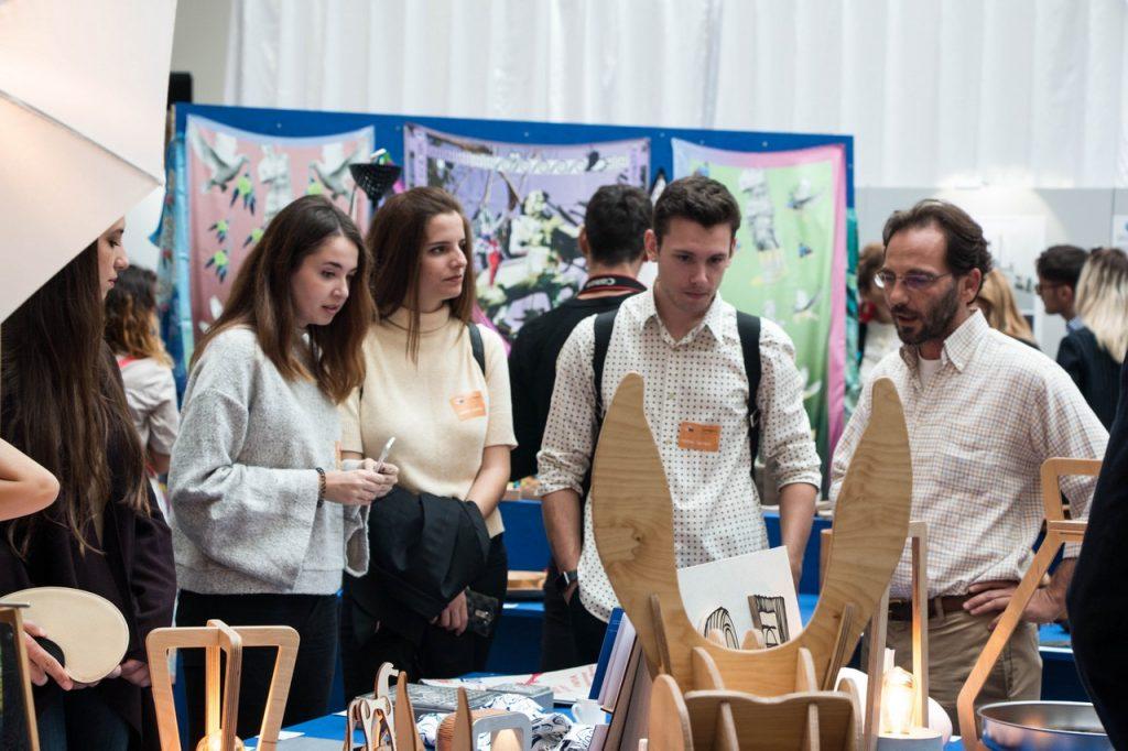 Ο σχεδιαστής και καθηγητής του Πανεπιστημίου Αιγαίου, Σέργιος Φωτιάδης, με τους φοιτητές