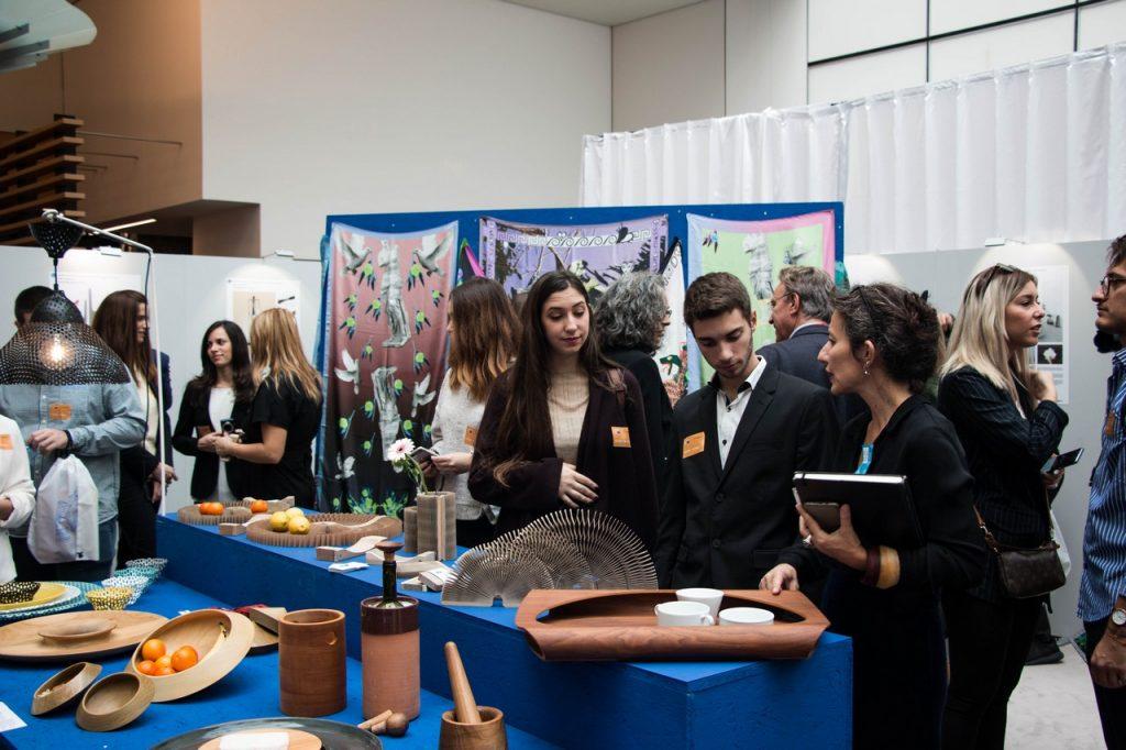 Η σχεδιάστρια Χριστίνα Σκουλούδη με φοιτητές που έλαβαν μέρος στην έκθεση