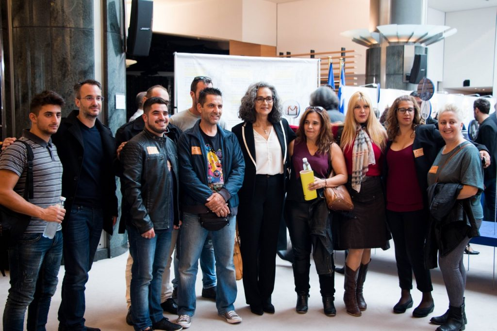 H Ευρωβουλευτής Σοφία Σακοράφα με τους φοιτητές και καθηγητές του Πανεπιστημίου Σύρου, που επισκέφθηκαν την έκθεση.