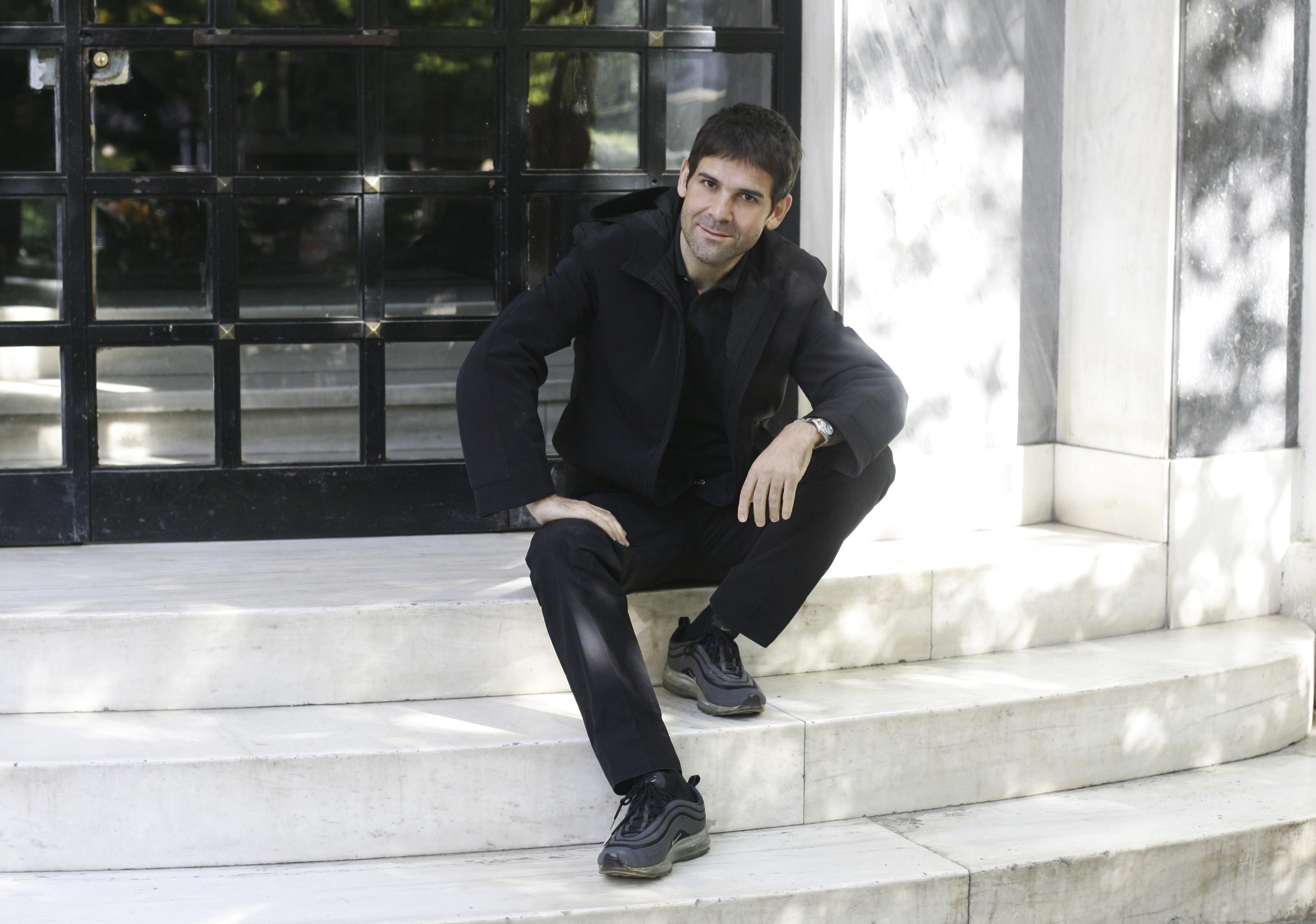 Ο σκηνοθέτης Μενέλαος Καραμαγγιώλης. Φωτογραφία: Νίκος Κοκκαλιάς