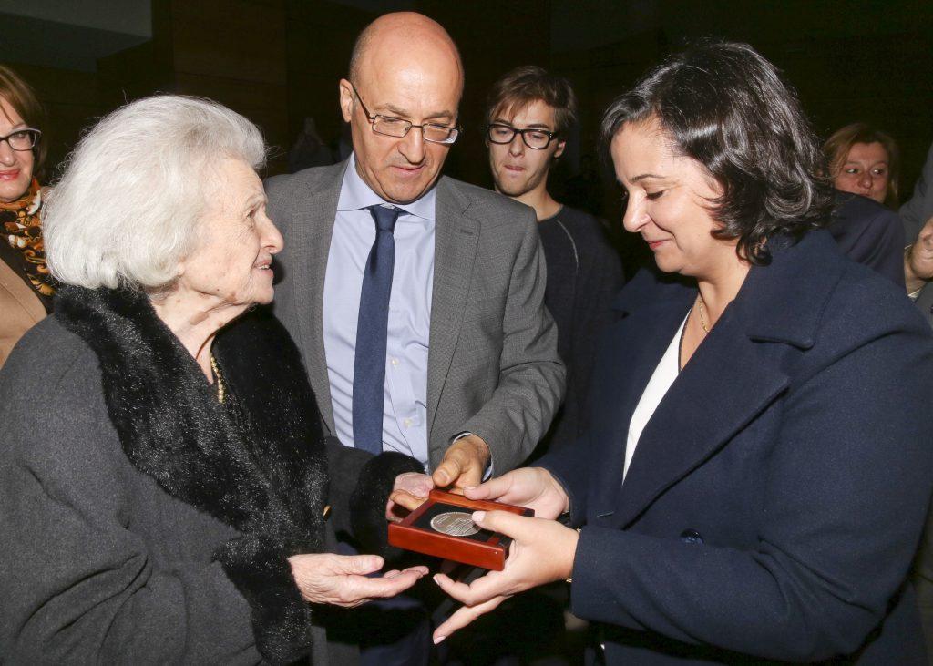 Η Βασιλική Αθυρίδη παραλαμβάνει τον τίτλο του Δικαίου των Εθνών από τη Σαουσάν Χασόν, Σύμβουλο της Πρεσβείας του Ισραήλ στην Αθήνα. Δίπλα της ο εγγονός της Γιάννης Αθυρίδης.