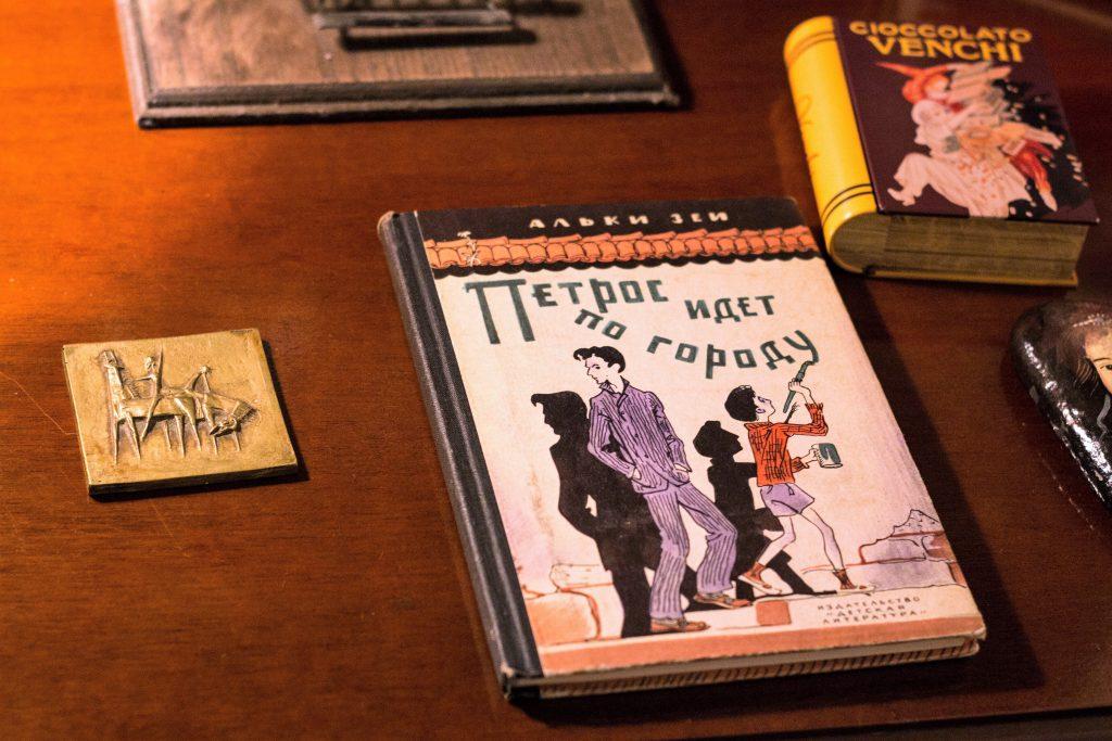 Ακουμπισμένο πάνω στο γραφείο της Άλκης Ζέη, τo μυθιστόρημα της «Ο μεγάλος περίπατος του Πέτρου», μεταφρασμένο στη ρώσικη γλώσσα.
