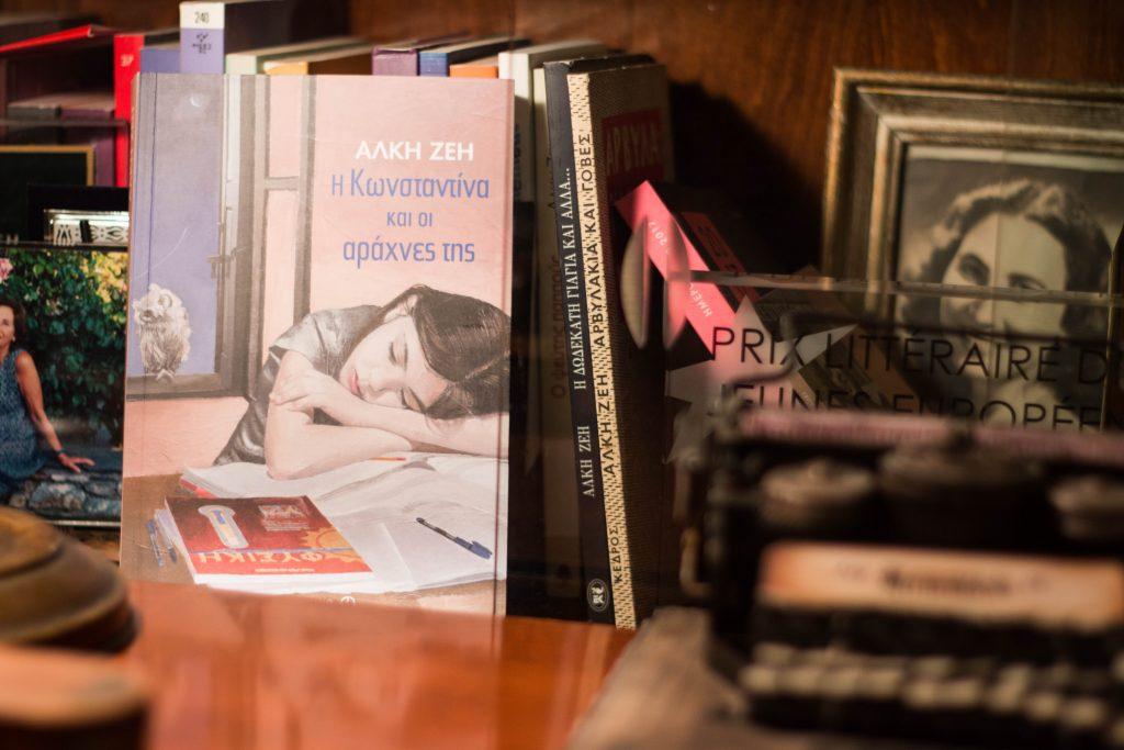 Το μυθιστόρημα της Άλκης Ζέη «Η Κωνσταντίνα και οι αράχνες της», ανάμεσα στα άλλα βιβλία που κοσμούν το γραφείο της.