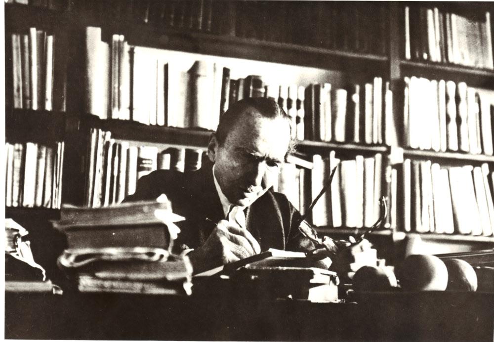 Ο Νίκος Καζαντζάκης στο σπίτι του -το Κουκούλι- στην Antibes. Αύγουστος 1954
