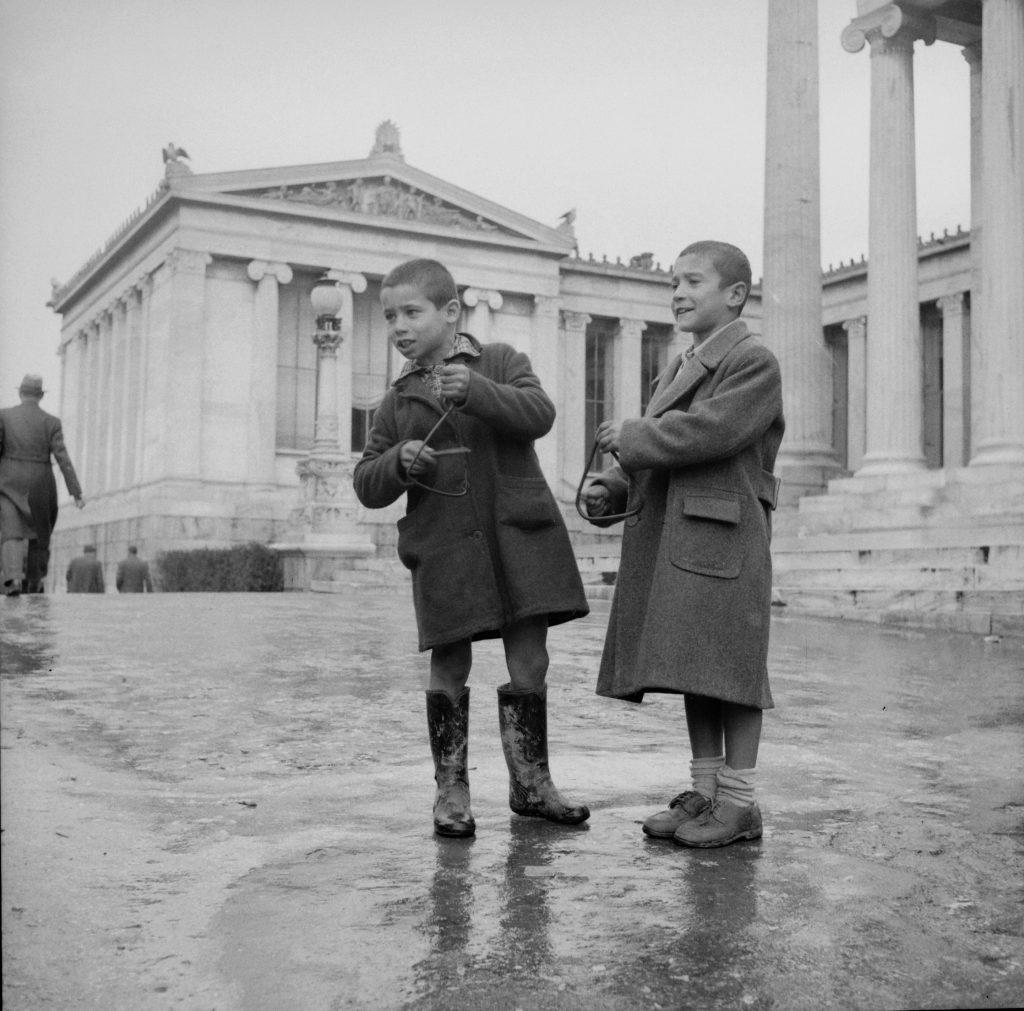 Κάλαντα . Αθήνα, 1950-60 © Αρχείο Κώστα Μεγαλοκονόμου - Φωτογραφικά Αρχεία Μουσείου Μπενάκη