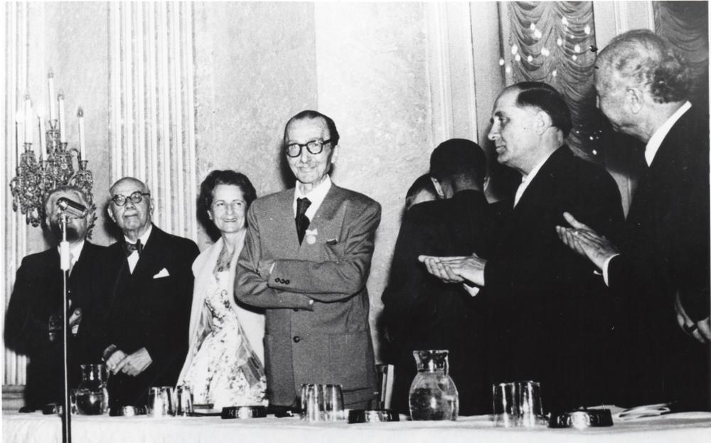 Ο Νίκος Καζαντζάκης βραβεύεται στην Τελετή βραβείου Ειρήνης. 28.06.1956