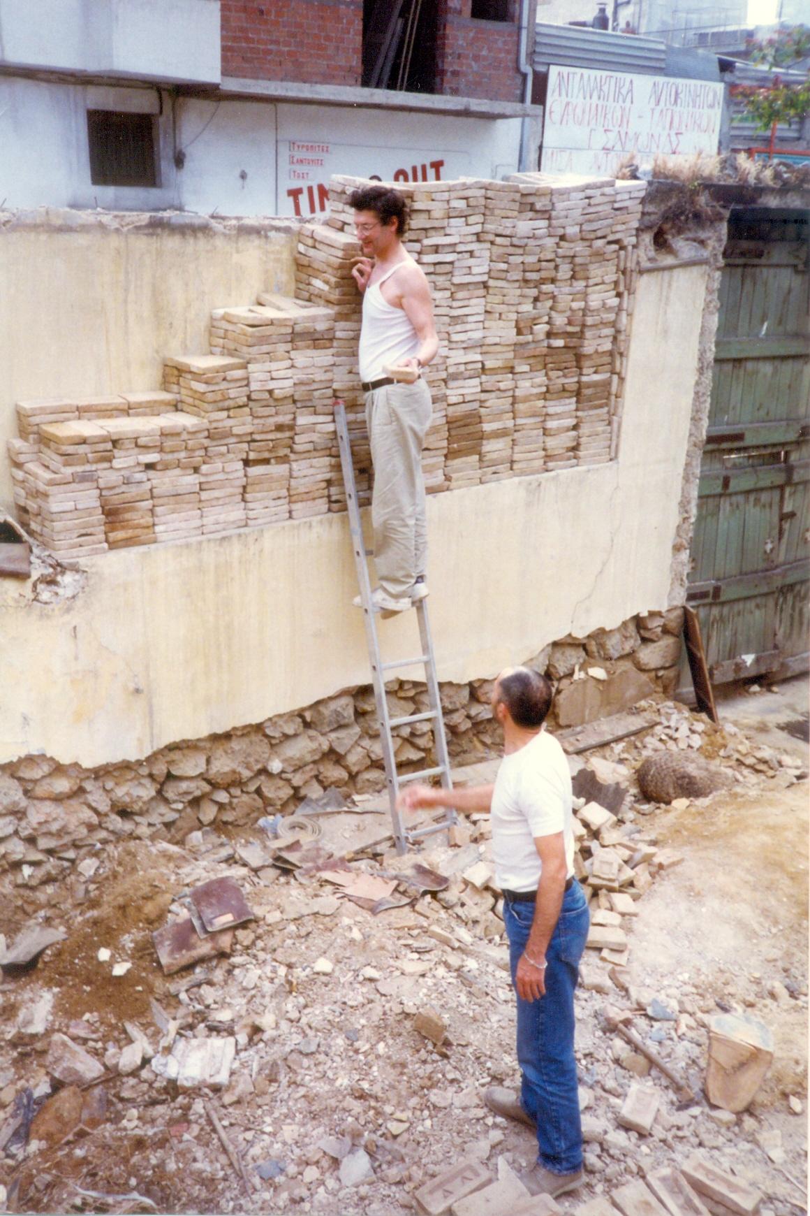 Ο Βαγγέλης Θεοδωρόπουλος κατά την κατασκευή του θεάτρου