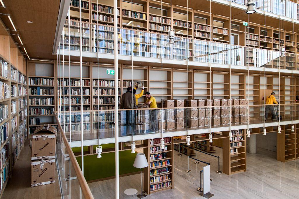 Τοποθέτηση στον Πύργο Βιβλίων της Εθνικής Βιβλιοθήκης της Ελλάδος ©ΕΒΕ_Νίκος Καρανικόλας