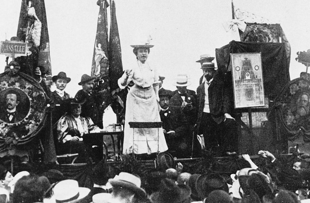 H Rosa Luxemburg κατά τη διάρκεια της ομιλίας της στο Διεθνές Σοσιαλιστικό Κογκρέσο στη Στουτγάρδη, Aύγουστος 1907