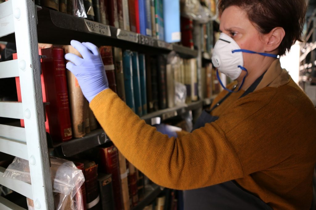 Στα βιβλιοστάσια, όπου γίνεται ο εγκιβωτισμός στο Βαλλιάνειο
