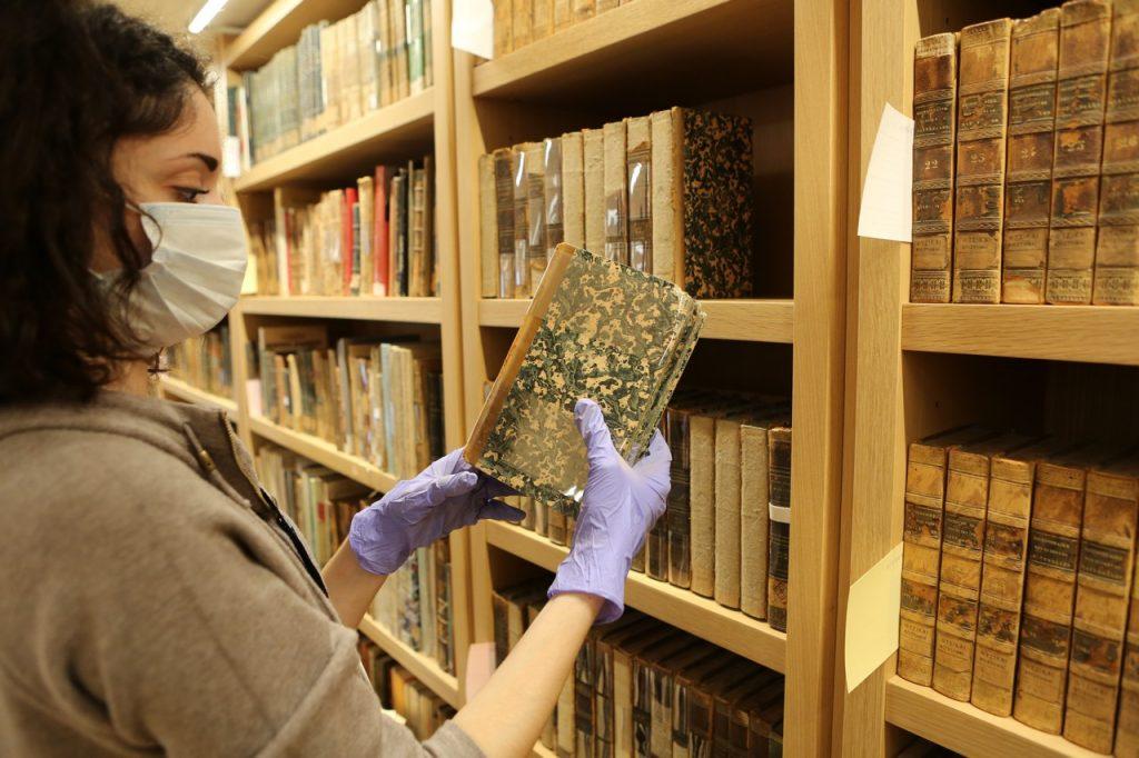 Ταξινόμηση των βιβλίων της ΕΒΕ στις νέες εγκαταστάσεις, στο ΚΠΙΣΝ