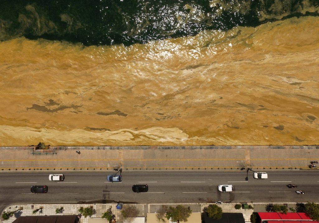 1ο Βραβείο, στην κατηγορία Περιβάλλον, Σάκης Γιούμπασης Αεροφωτογραφία της Παλιάς Παραλίας της Θεσσαλονίκης: Φυτοπλαγκτόν σε αποσύνθεση πάνω στα νερά του Θερμαϊκού
