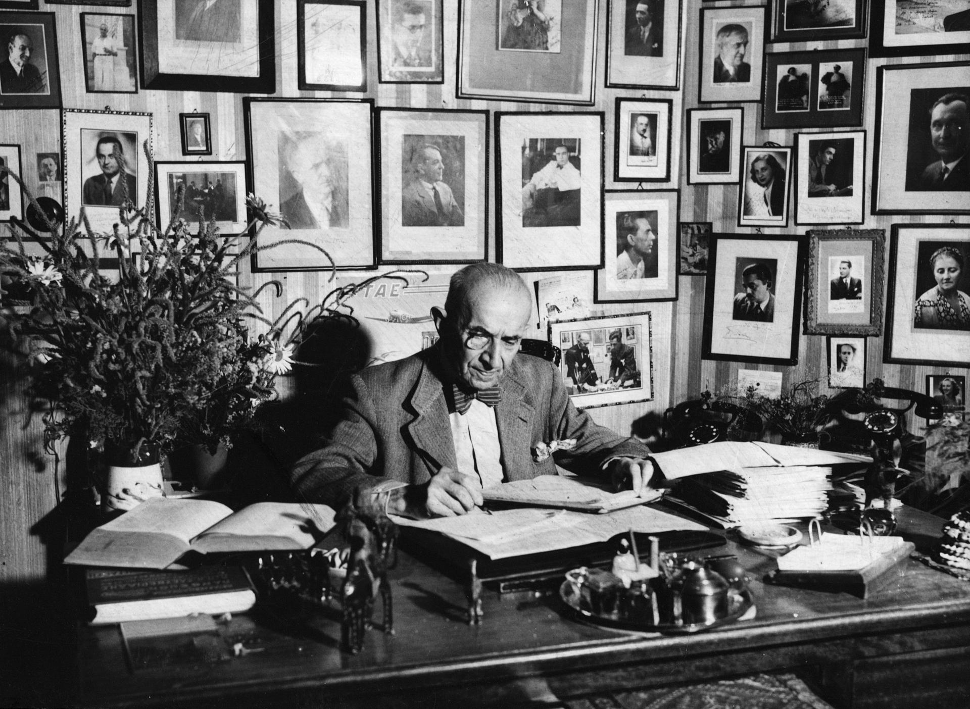 Ο Μιλτιάδης Λιδωρίκης στο γραφείο του στο Εθνικό Θέατρο