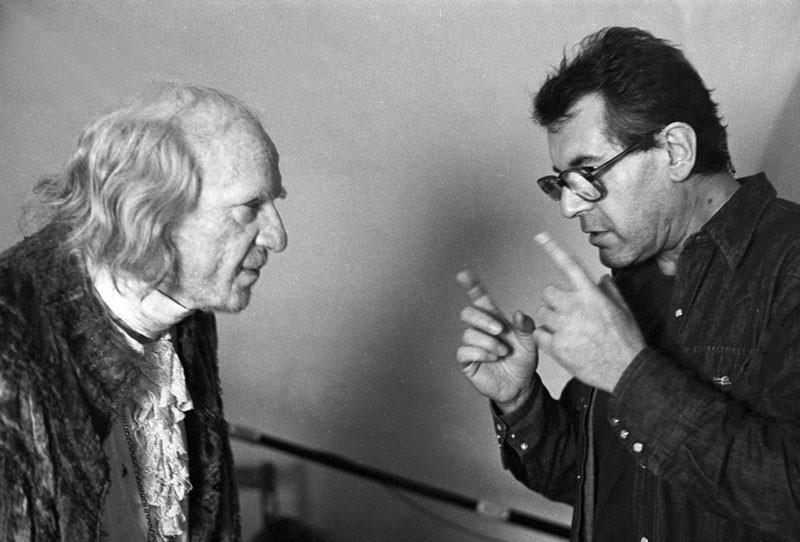 "O Μίλος Φόρμαν καθοδηγεί τον Φάριντ Μάρεϊ Έιμπραχαμ στα γυρίσματα του ""Αμαντέους"" το 1984"
