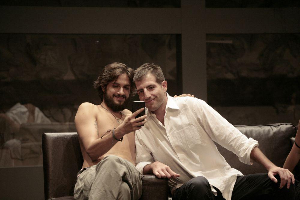 Ο Γιάννης Νιάρρος στην παράσταση του Γιάννη Οικονομίδη «Στέλλα κοιμήσου».