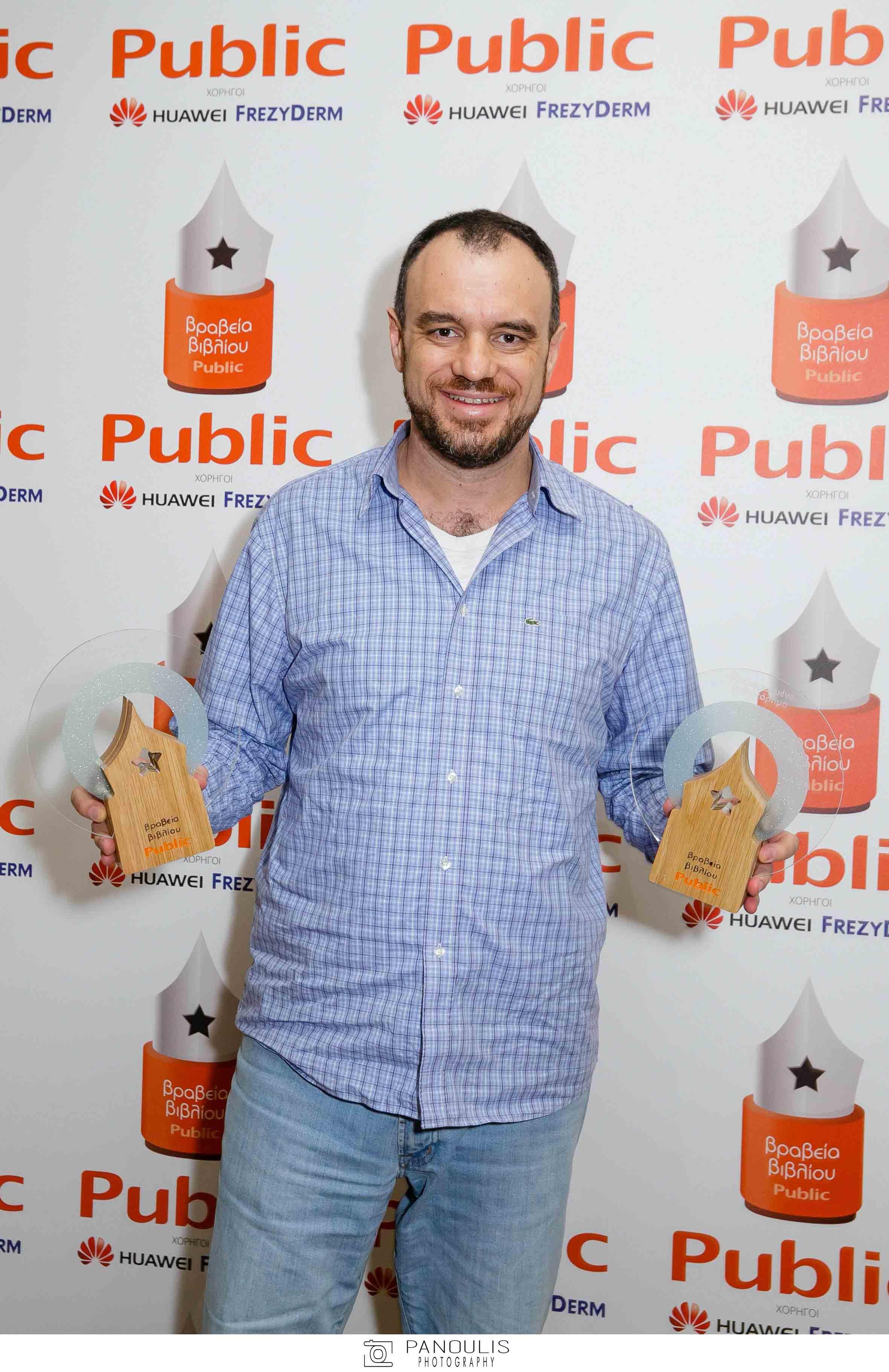 Ο εκδότης των εκδόσεων Gutenberg Κώστας Δαρδανός με το βραβείο για το μεταφρασμένο μυθιστόρημα