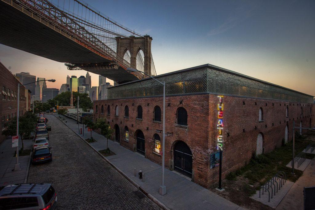 Το θέατρο St. Ann's Warehouse στο Brooklyn φιλοξενεί τους Όρνιθες