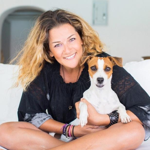 Η Κατερίνα Τοπούζογλου μαζί με το σκυλί της, τη Ρήνεια