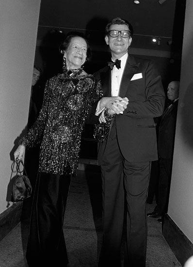 Ο Ιβ Σεν Λοράν στα εγκαίνια της ατομικής του έκθεσης στο Μητροπολιτικό Μουσείο της Νέας Υόρκης, χαμογελαστός δίπλα στην Diana Vreelan.