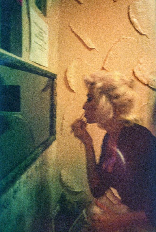 2008: Η Amy διορθώνει το κραγιόν της στο μπάνιο της George Tavern στο Ανατολικό Λονδίνο.