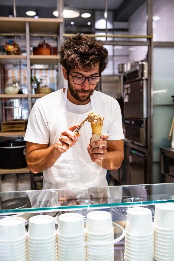 Ο Βασίλης, σερβίροντας το καλύτερο παγωτό της πόλης.