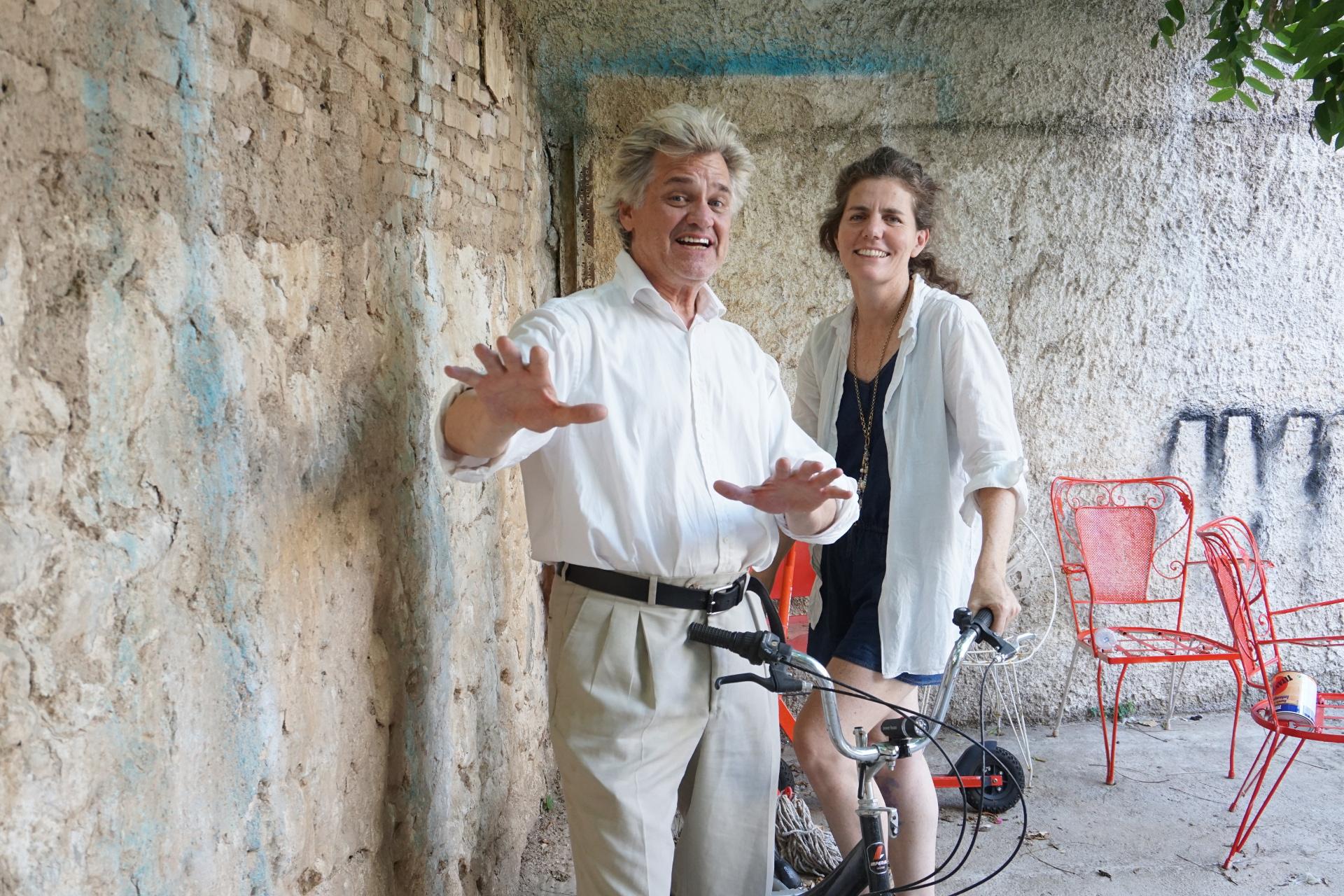 """Ο Reverend Billy μαζί με τη γυναίκα του Savitri D., σκηνοθέτη των ριζοσπαστικών παραστάσεων του θιάσου """"Reverend Billy and The Shop Stopping Choir""""."""