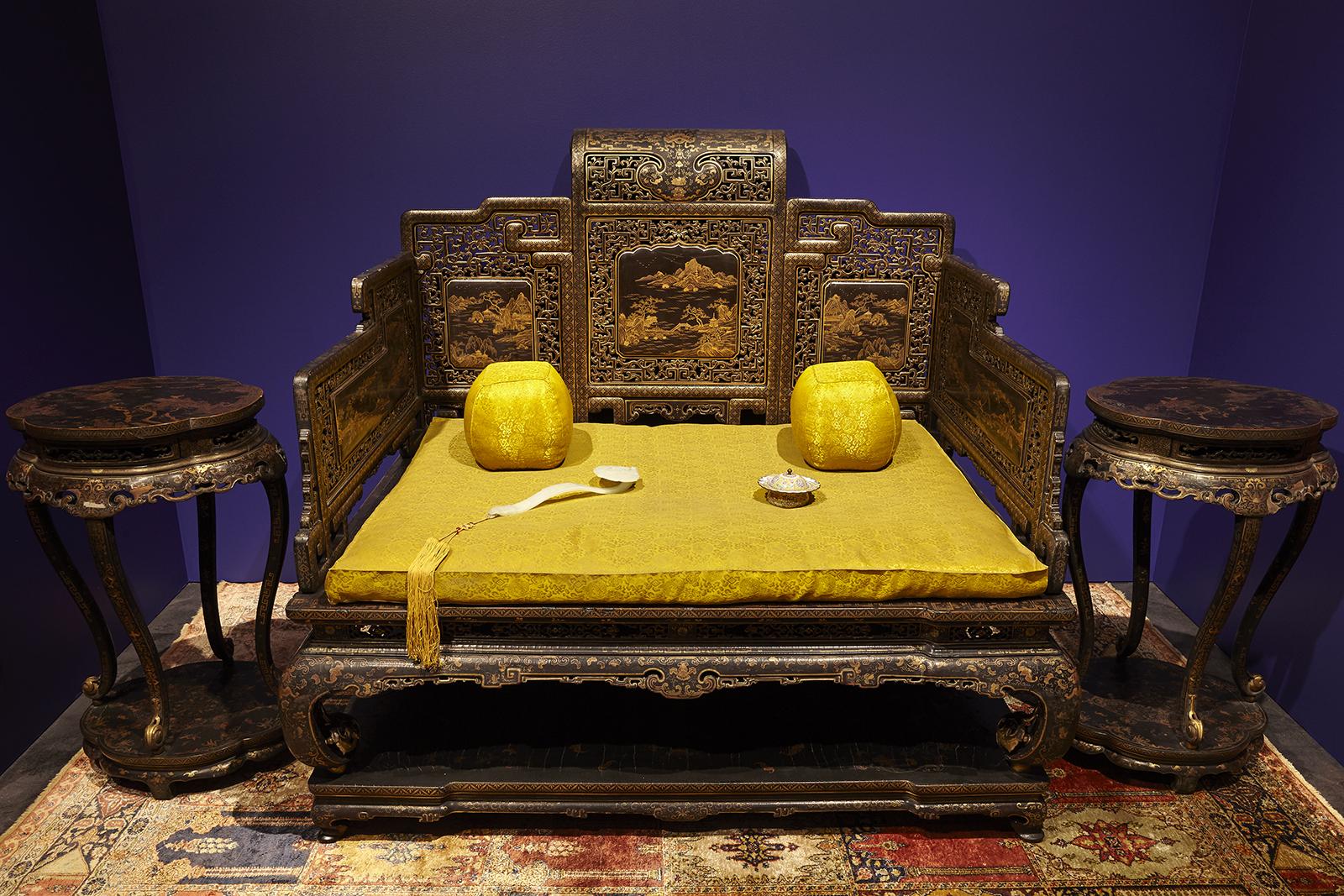 Θρόνος και τραπέζια για τη τοποθέτηση θυμιατηρίων από το δωμάτιο μελέτης του Qianlong στο Παλάτι του Πολλαπλού Μεγαλείου Δυναστεία Qing, Βασιλεία Qianlong (1735 – 1796)
