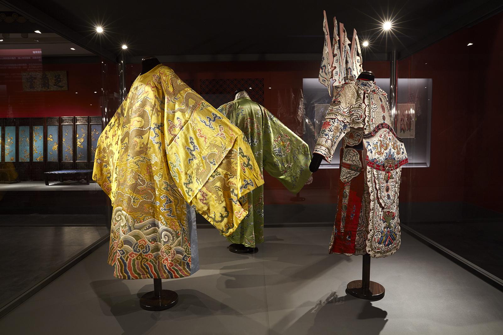 Θεατρικά κοστούμια από τις ιδιωτικές παραστάσεις που οργανώνονταν στο Παλάτι του Πολλαπλού Μεγαλείου Δυναστεία Qing, Βασιλεία Qianlong (1735 – 1796)