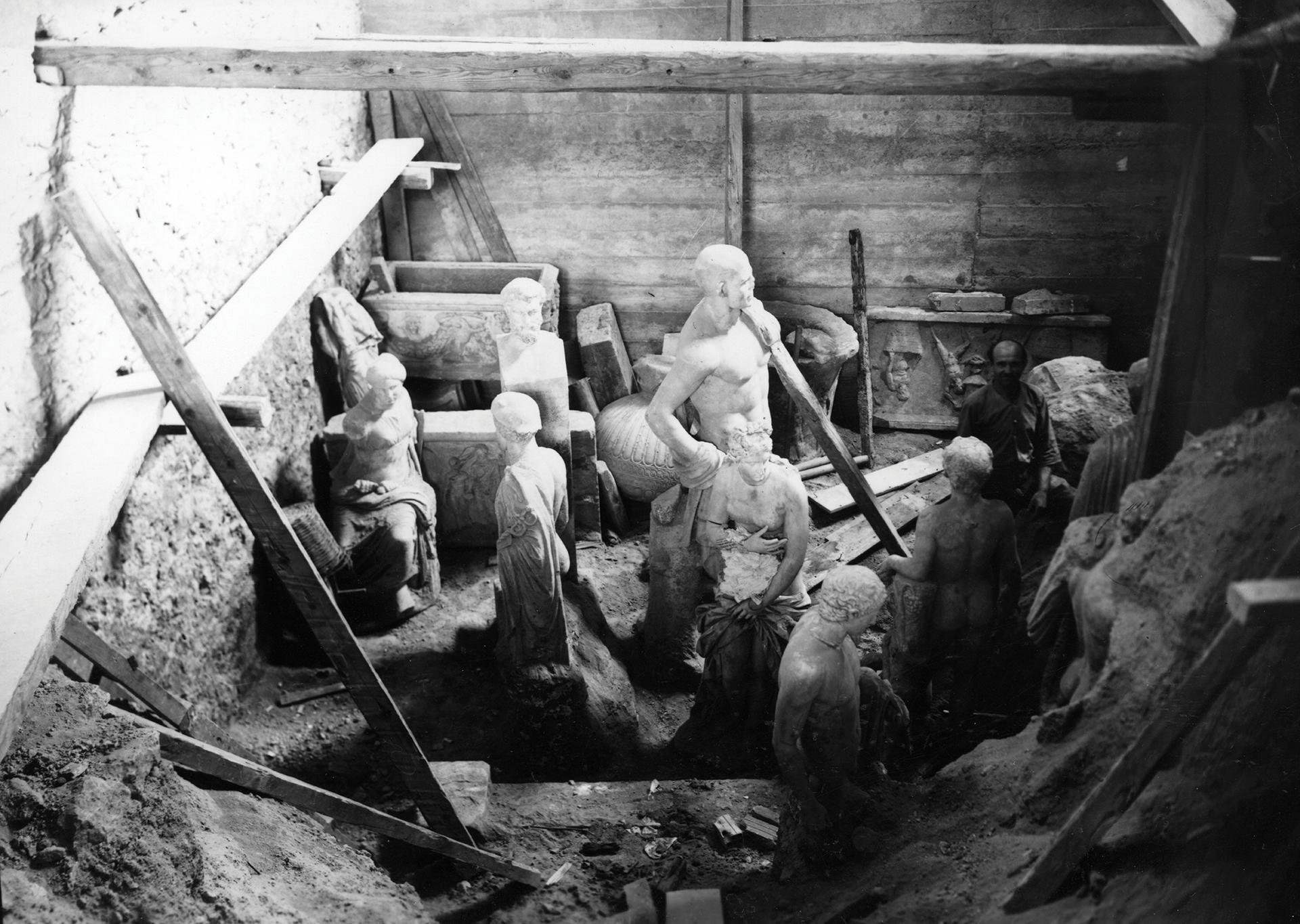 Όψη της αίθουσας 13 κατά την κατάχωση των αρχαιοτήτων στο Εθνικό Αρχαιολογικό Μουσείο, 1940-41(© ΥΠΠΟΑ/Εθνικό Αρχαιολογικό Μουσείο/ΤΑΠ).