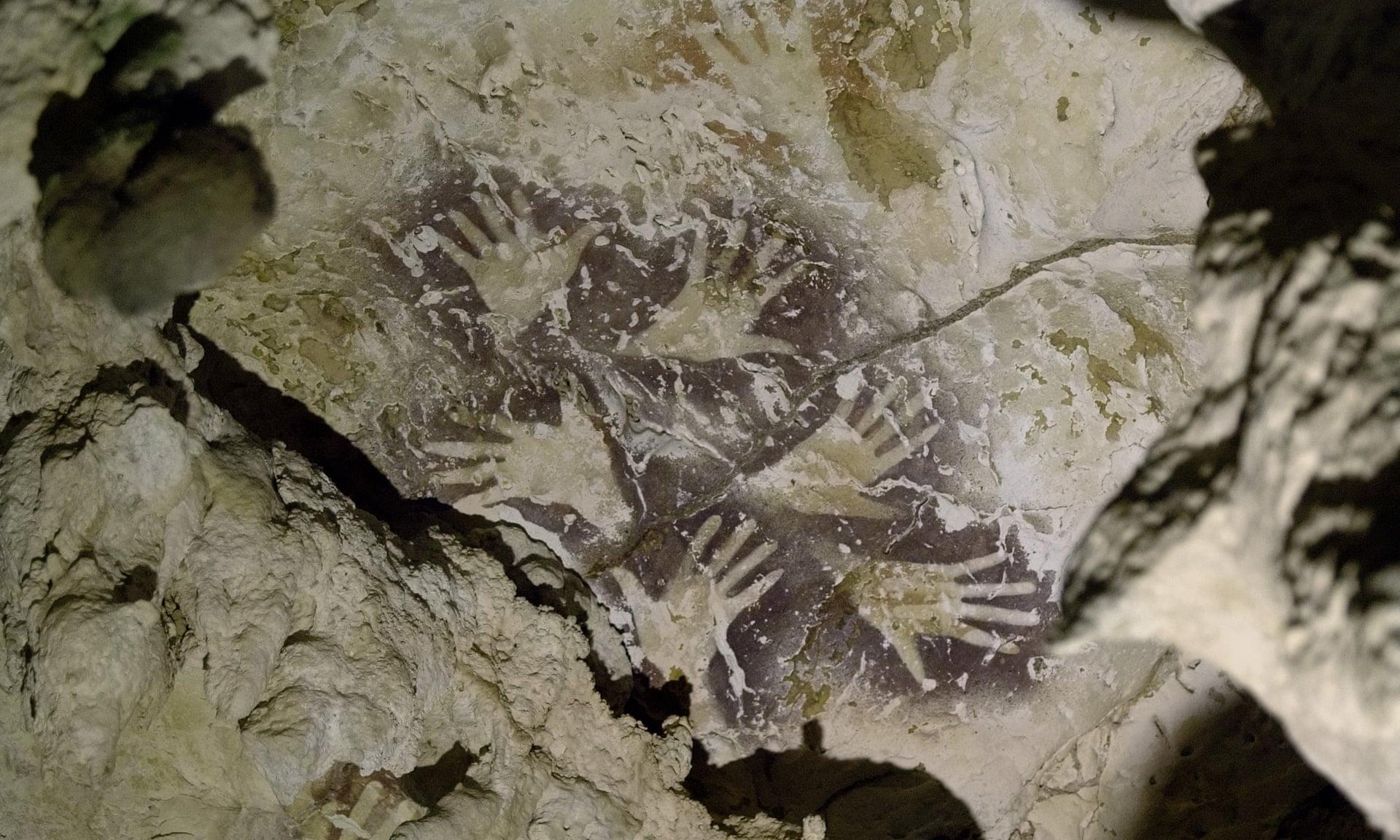 Οι ειδικοί χρονολόγησαν δύο άλλες ζωγραφιές περιγραμμάτων παλάμης που βρέθηκαν στο ίδιο σπήλαιο, τη μία πριν από 37.200 και την άλλη πάνω από 51.000 χρόνια. (Φωτό: Kinez Riz)
