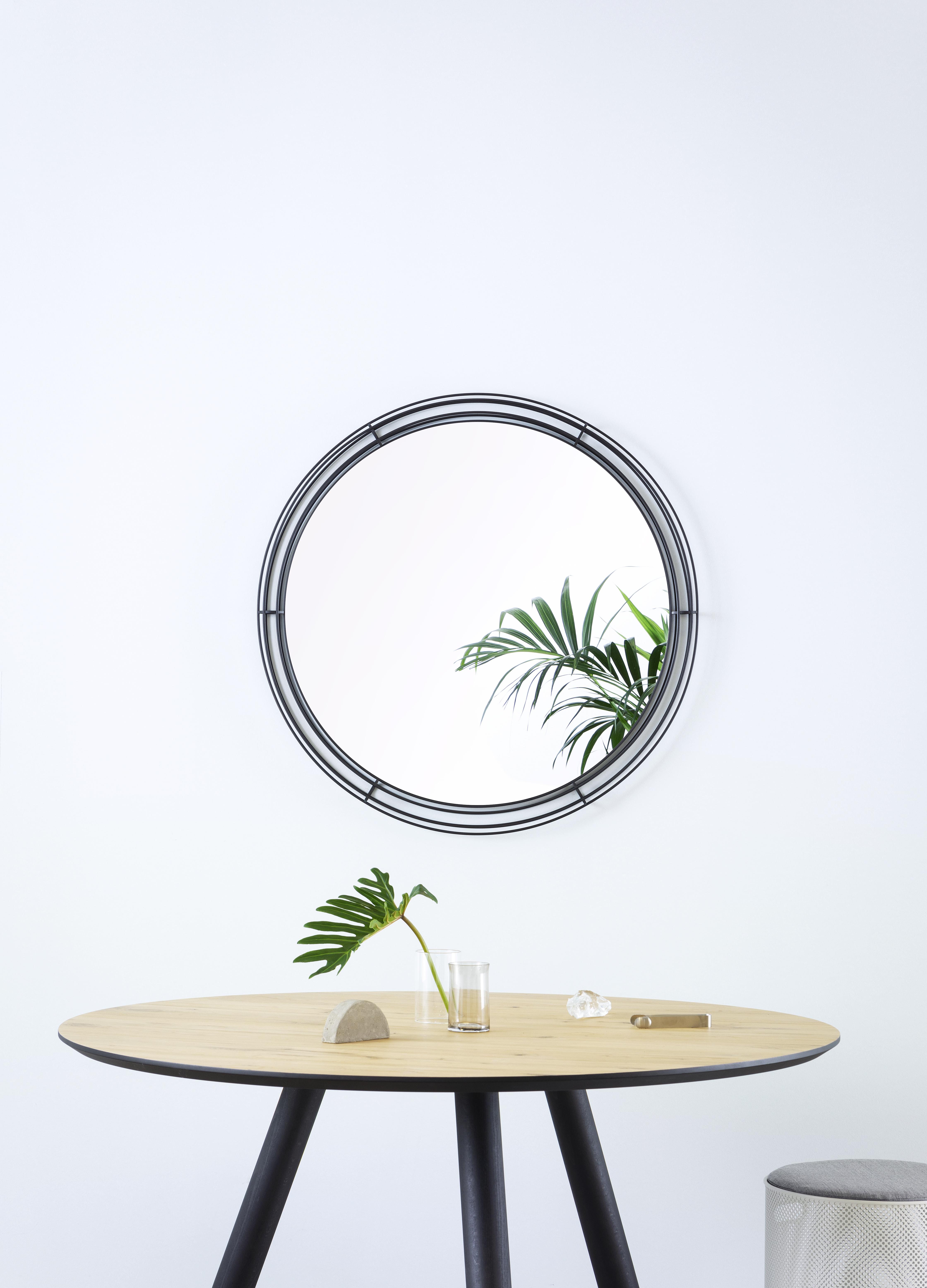 Ο εντυπωσιακός στρογγυλός καθρέφτης που σχεδίασε ο Γιάννης Γκίκας για τη νέα του συνεργασία με τη Hiro.