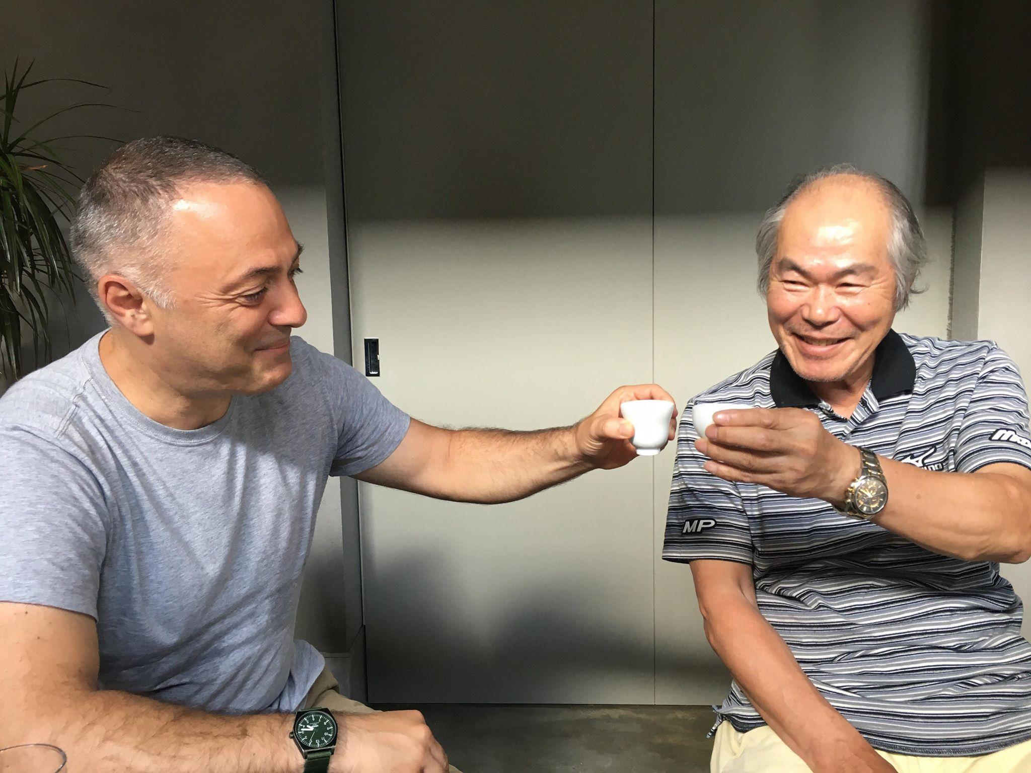 Με τον μάστερ των κεραμεικών Okugawa, πίνοντας ιαπωνικό σάκε σε κούπες που φιλοτέχνησε ο ίδιος.