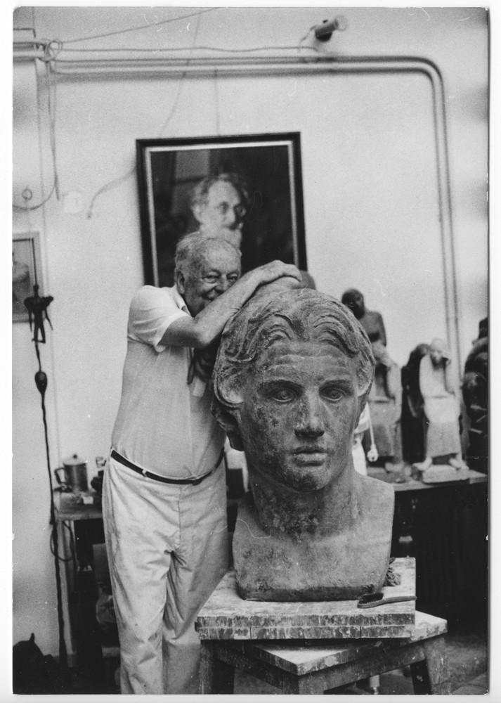 Μουσείο Μπενάκη / Εργαστήριο Γιάννη Παππά, Αθήνα. Φωτογραφία του καλλιτέχνη στο εργαστήριό του στου Ζωγράφου δίπλα στην μπρούτζινη προτομή του Μεγάλου Αλέξανδρου.