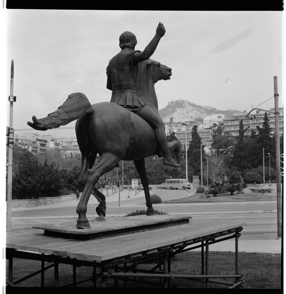 Αναδρομική έκθεση Γιάννη Παππά, Εθνική Πινακοθήκη, 1992. Το έφιππο μπρούτζινο γλυπτό του Μεγάλου Αλεξάνδρου στον προαύλιο χώρο της Εθνικής Πινακοθήκης κατά την διάρκεια της έκθεσης.