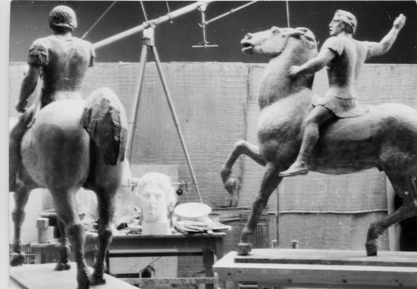 Μουσείο Μπενάκη / Εργαστήριο Γιάννη Παππά, Αθήνα. Γύψινη μελέτη και γύψινη μακέτα για το γλυπτό του Μεγάλου Αλέξανδρου στο εργαστήριο του καλλιτέχνη στην Αθήνα. Φωτογραφία Γιάννη Παππά.