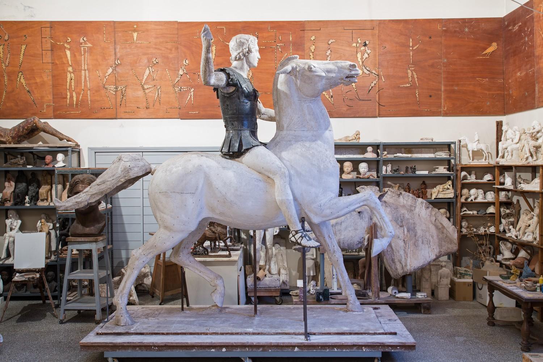 Μουσείο Μπενάκη / Εργαστήριο Γιάννη Παππά, Αθήνα Μέγας Αλέξανδρος. Τελικό πρόπλασμα έφιππου ανδριάντα σε 7 τεμάχια. Γύψος, μολύβι και πλαστελίνη.