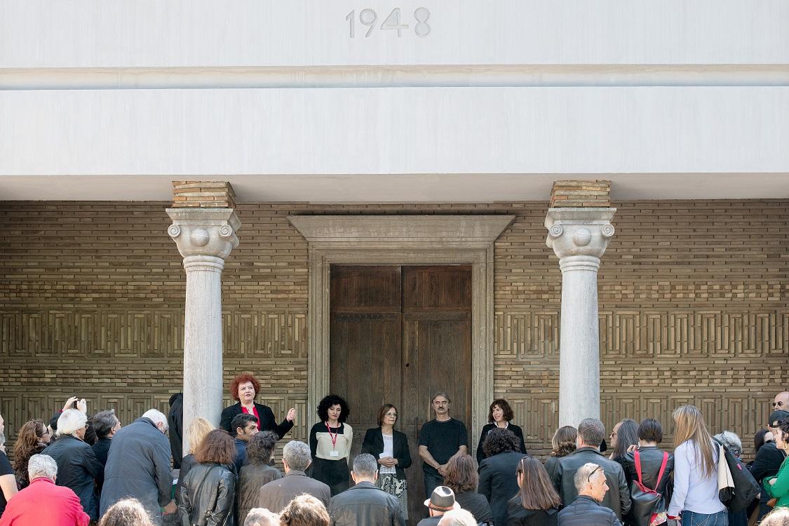 Από αριστερά: Συραγώ Τσιάρα, Εθνική Επίτροπος και Αναπληρώτρια Διευθύντρια MOMus-Μουσείο Σύγχρονης Τέχνης και MOMus-Πειραματικό Κέντρο Τεχνών; Κατερίνα Τσέλου, επιμελήτρια της έκθεσης του ελληνικού περιπτέρου; Μυρσίνη Ζορμπά, υπουργός Πολιτισμού και Αθλητισμού; Πάνος Χαραλάμπους, καλλιτέχνης; και Εύα Στεφανή, καλλιτέχνις
