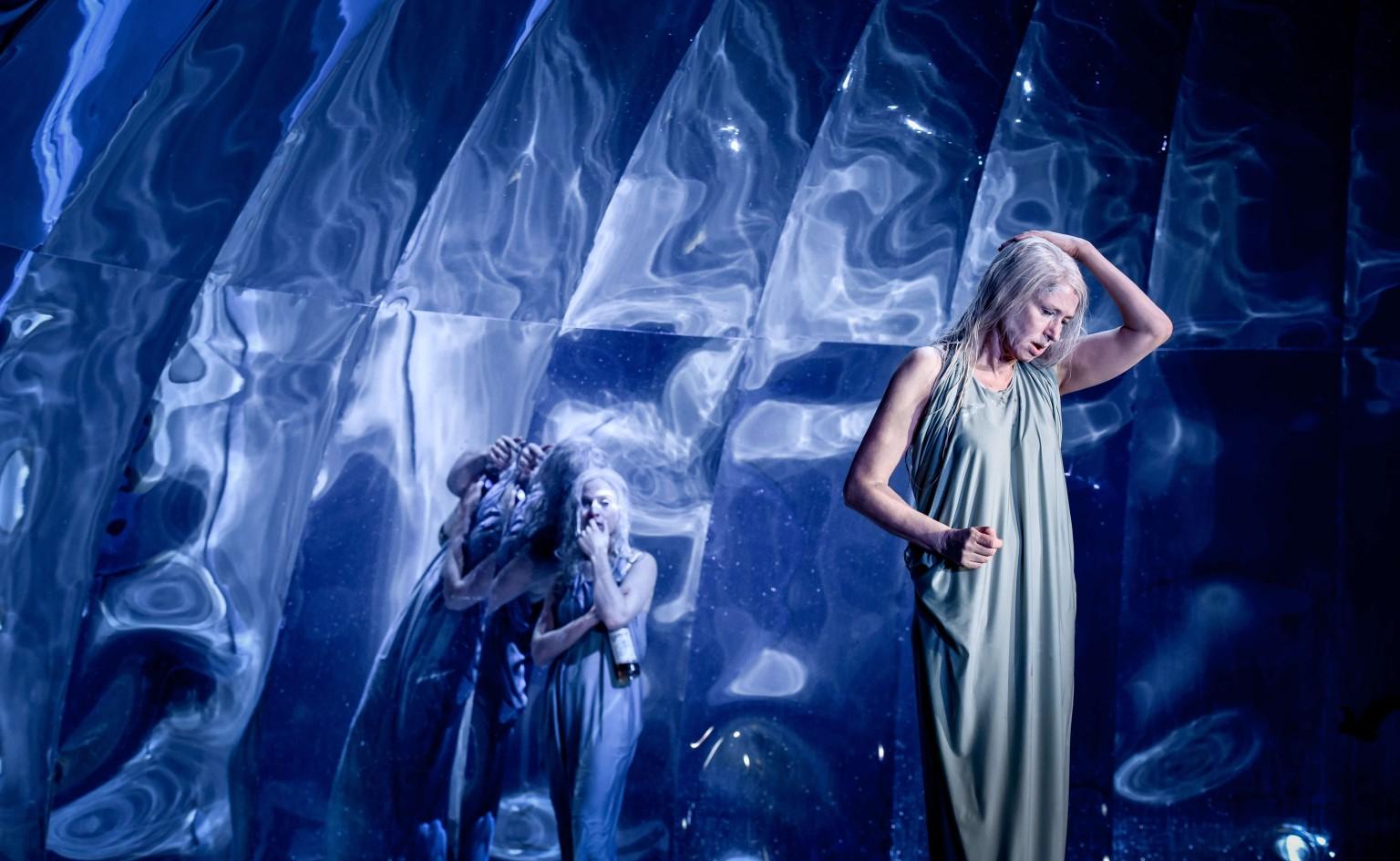 Από την παράσταση Persona σε σκηνοθεσία της Anna Bergmann | Φωτογραφία: Arno Declair