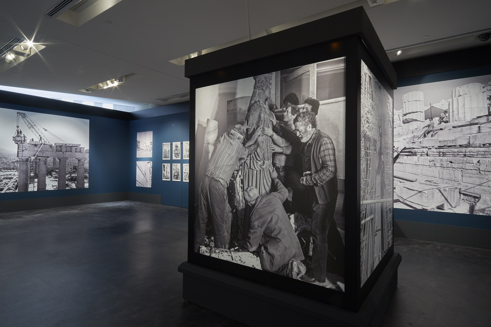 """Έκθεση φωτογραφίας """"ΣΜΙΛΗ ΚΑΙ ΜΝΗΜΗ. Η συμβολή της μαρμαροτεχνίας στην αναστήλωση των μνημείων της Ακρόπολης"""" © Μουσείο Ακρόπολης. Φωτογραφία: Γιώργος Βιτσαρόπουλος"""