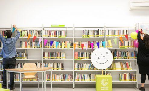 «Kinder-thek: Με γυαλιά ηλίου και ένα βιβλίο το χέρι»