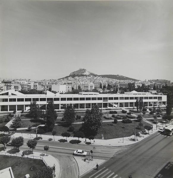 Γενική άποψη του Ωδείου Αθηνών με τη λεωφόρο Βασ. Κωνσταντίνου εμπρός και το ευρύτερο περιβάλλον της Αθήνας (φωτογραφία γύρω στο 1975). |