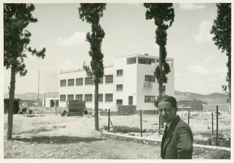 Ο Ιωάννης Δεσποτόπουλος μπροστά από το υπό κατασκευή σχολικό κτίριο στην περιοχή της Ακαδημίας Πλάτωνος, Αθήνα (1932)